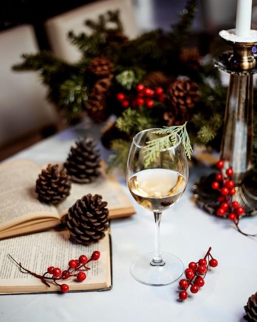 Un bicchiere di vino bianco ai frutti di bosco Foto Gratuite