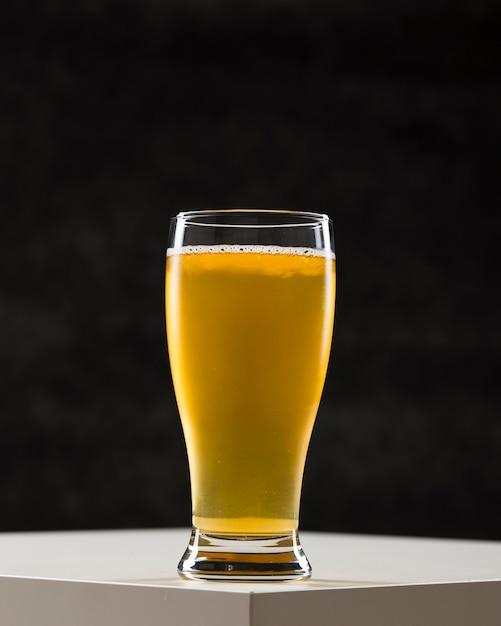 Vetro con birra sulla scrivania Foto Gratuite