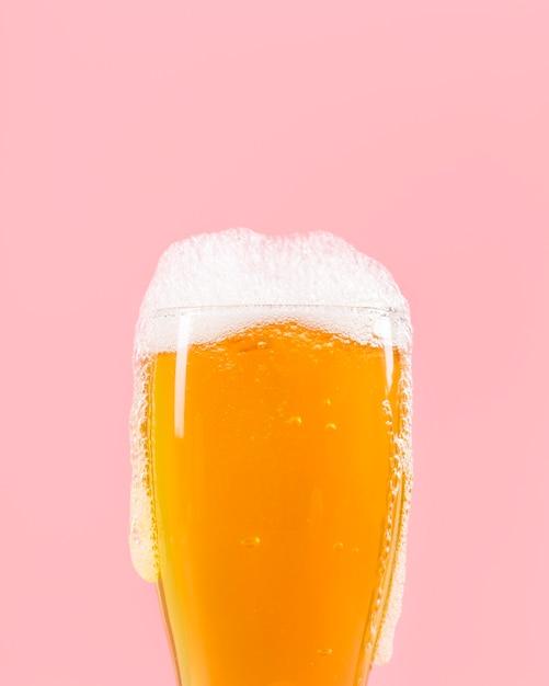 Стакан с пивом, имеющим пену Premium Фотографии