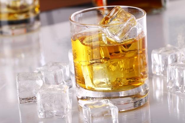 Bicchiere con whisky freddo Foto Gratuite
