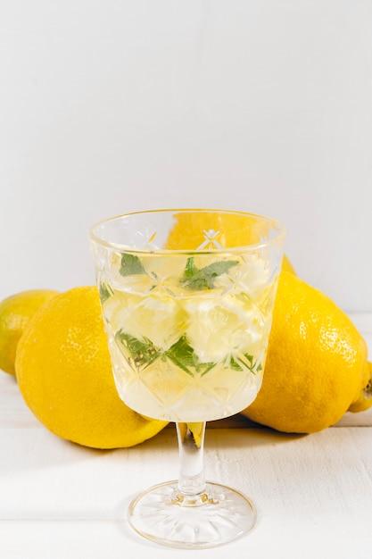 新鮮なレモネードとガラス 無料写真