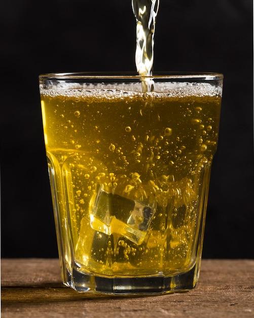 アイスキューブとビールのグラス 無料写真