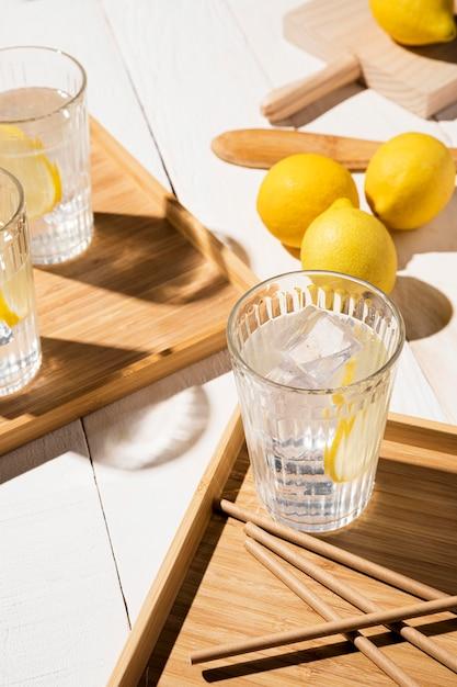 Vetro con bevanda al limone sul tavolo Foto Gratuite