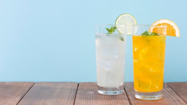 Bicchiere con arancia e limonata Foto Gratuite