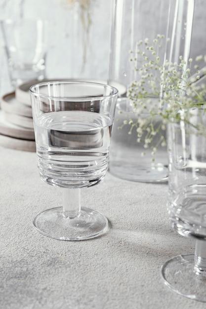 Bicchiere con acqua sul tavolo Foto Gratuite