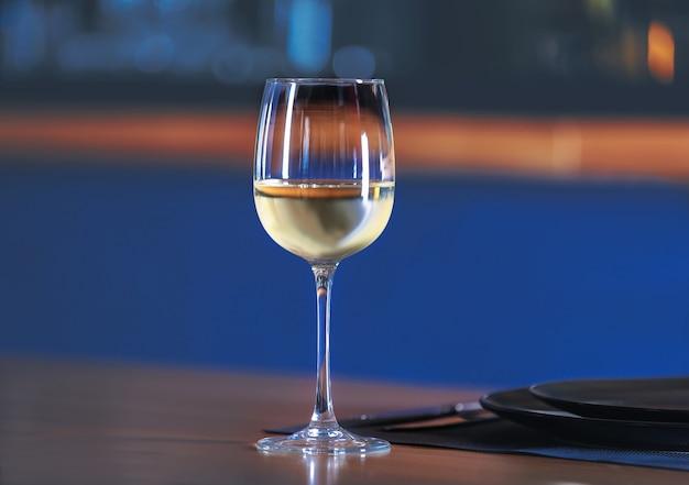 테이블에 화이트 와인 유리 프리미엄 사진