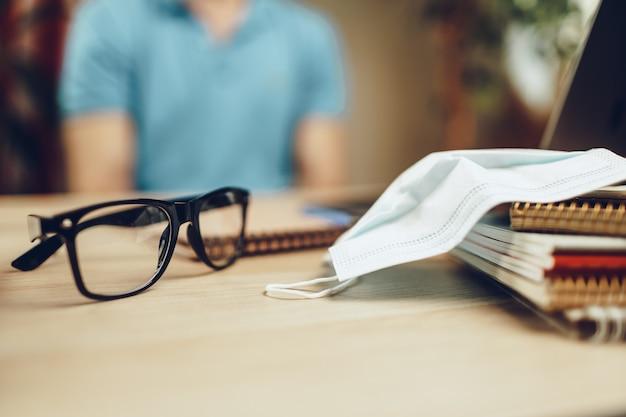メガネとテーブルの上の医療マスク Premium写真
