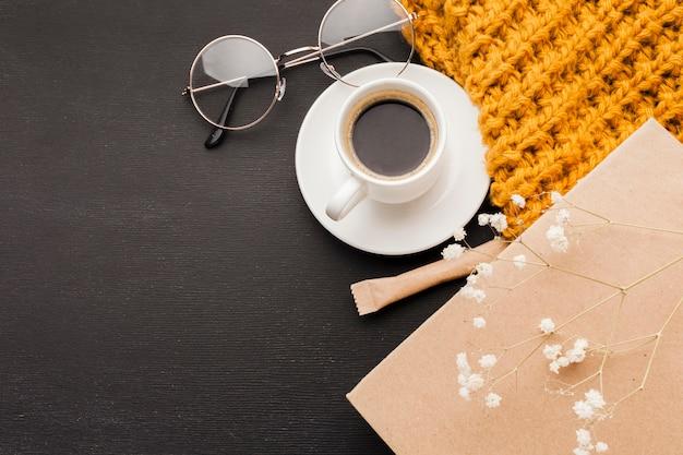 Очки рядом с чашкой кофе Бесплатные Фотографии