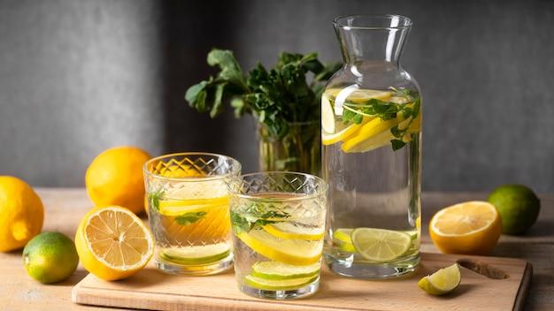 Bicchieri e bottiglia con acqua fruttata Foto Gratuite