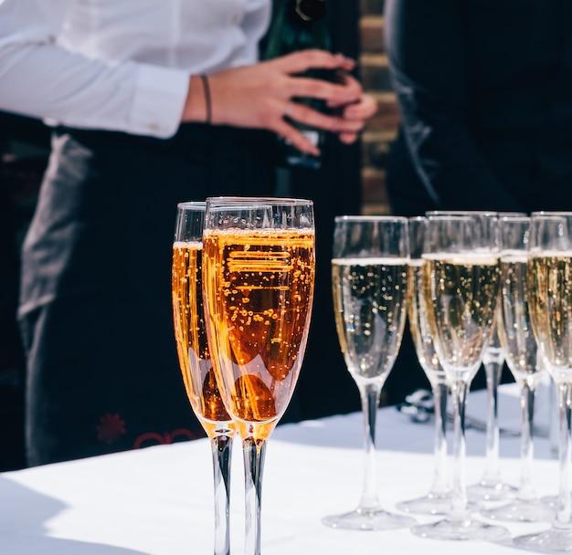 Бокалы шампанского перед дамой Бесплатные Фотографии