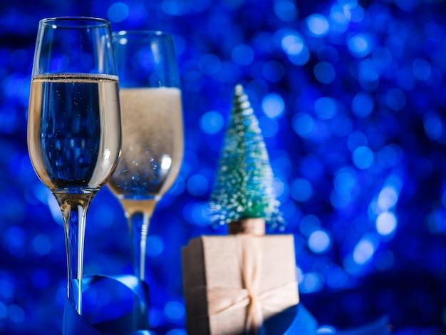 お祝いの青い装飾にシャンパングラス Premium写真