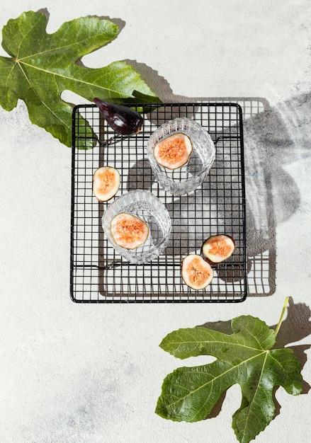 Bicchieri d'acqua con frutta sul tavolo Foto Gratuite