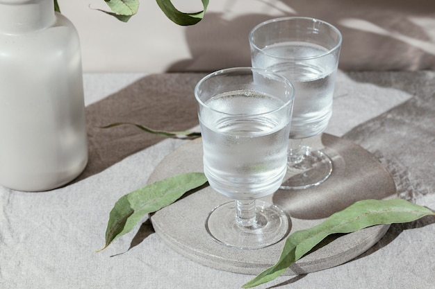 Bicchieri d'acqua con ombra Foto Gratuite