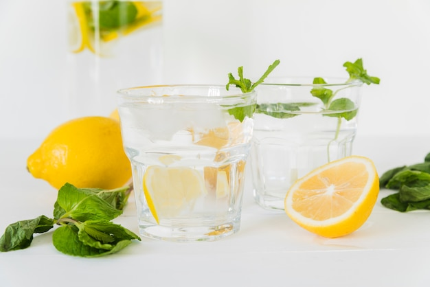 Glasses with lemon mint water Free Photo
