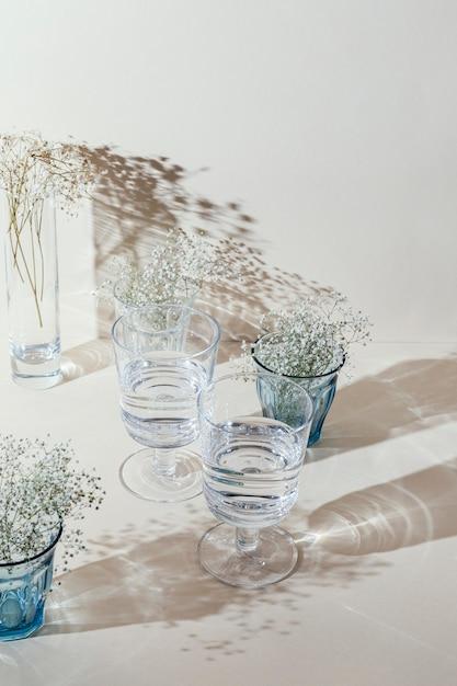 Bicchieri con acqua sul tavolo Foto Gratuite