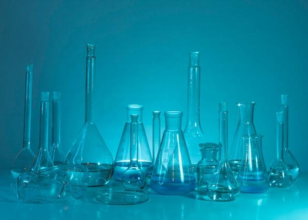 Disposizione della vetreria con sfondo blu Foto Gratuite