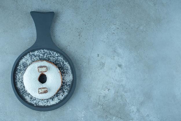 Глазированный пончик в сервировочном противне на мраморе. Бесплатные Фотографии
