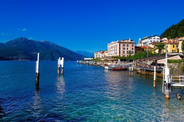 Взгляд на белладжио на озере комо в италии Premium Фотографии