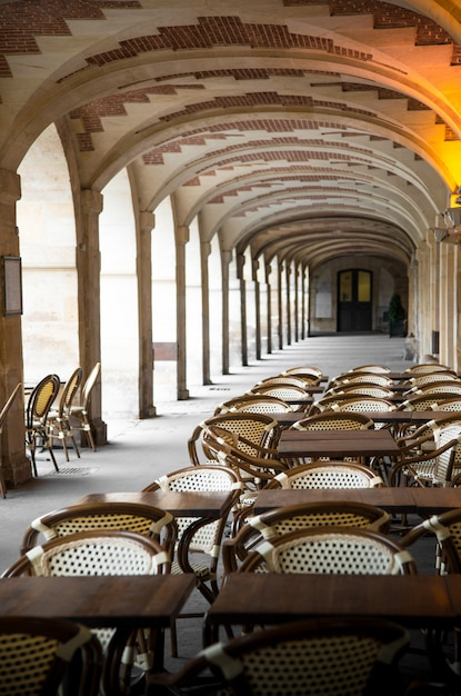 Взгляд на площадь вогезов в париже Premium Фотографии