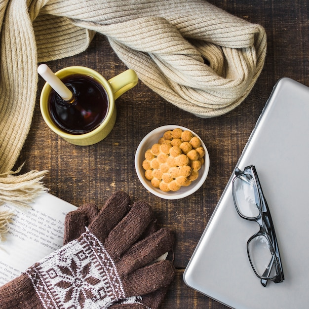Gloves and scarf near dessert and notebook Free Photo