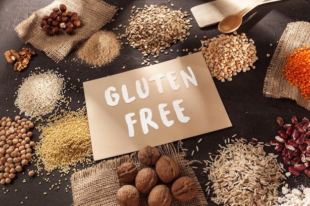 グルテンフリーの小麦粉と穀物のキビ、キノア、トウモロコシのパン、茶色のそば、テキストグルテンフリーの米 無料写真