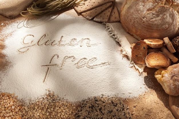 グルテンフリー食品。木製の様々なパスタ、パン、スナック 無料写真