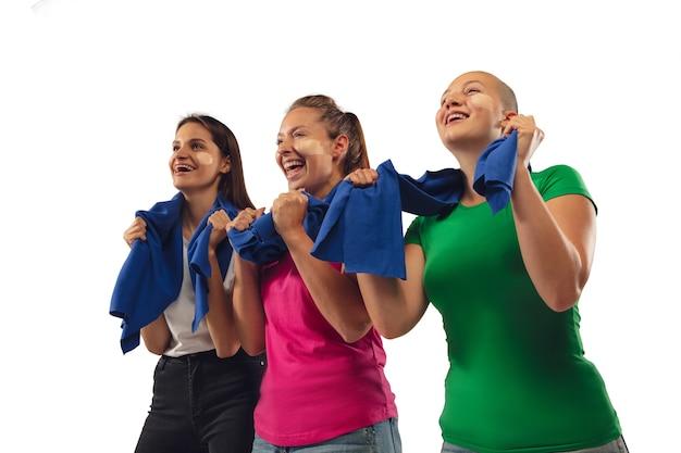 Obbiettivo. tifosi di calcio femminile tifo per la squadra sportiva preferita con emozioni luminose isolate su sfondo bianco studio. Foto Gratuite