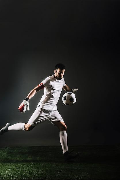 Вратарь отбивает мяч Premium Фотографии