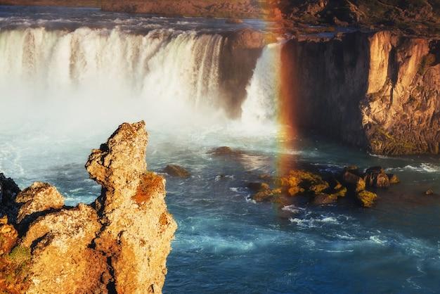 Водопад годафосс на закате. фантастическая радуга. исландия, европа Бесплатные Фотографии