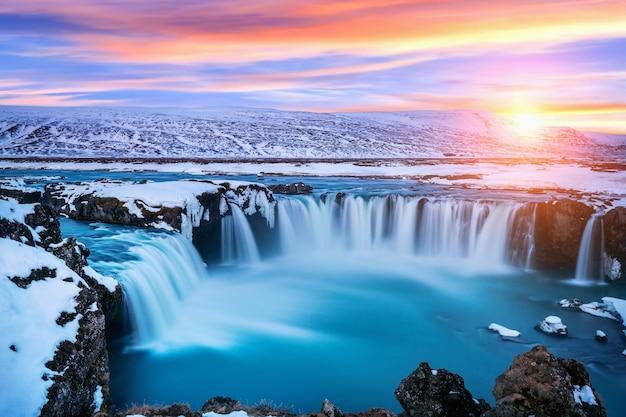 Водопад годафосс на закате зимой, исландия. Бесплатные Фотографии