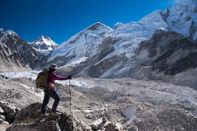 エベレストベースキャンプでのトレッカートレッキング、冬にネパールのgokyoへのlobucheへのパス3 Premium写真