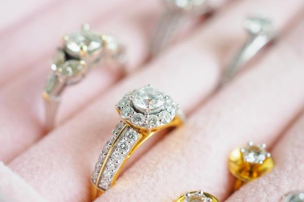Золотое и серебряное кольцо с бриллиантом и серьги в роскошной шкатулке Premium Фотографии