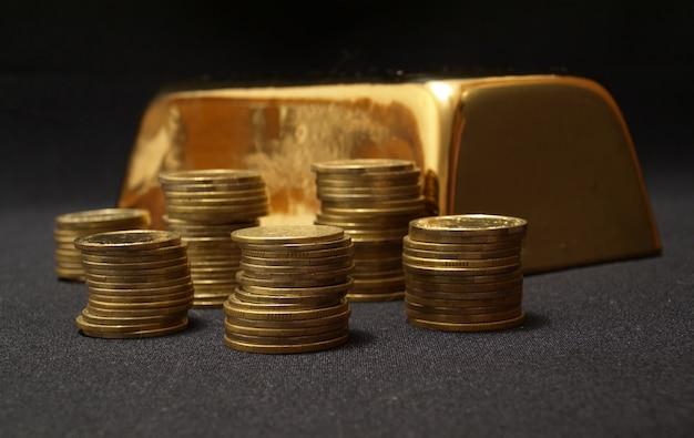Золотой слиток и монеты Premium Фотографии