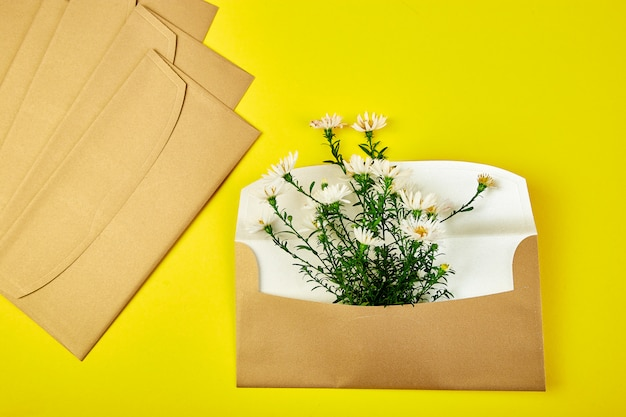 Gold envelope with a spring flower arrangement Premium Photo