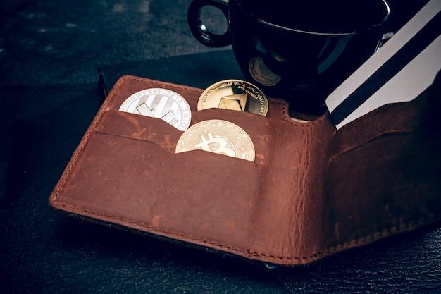 Золотой биткойн, мужской кошелек, кредитная карта Бесплатные Фотографии