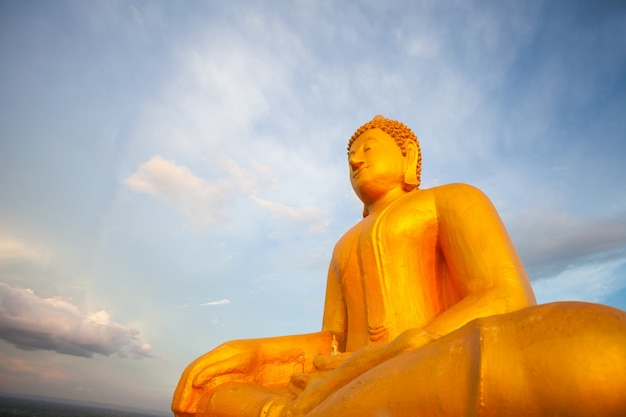 Золотой будда с голубым небом в спину Premium Фотографии