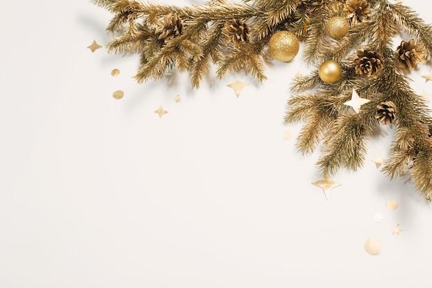 흰색 바탕에 황금 크리스마스 훈장 프리미엄 사진