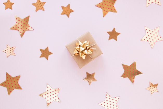 Golden decorations for birthday party on pink background Free Photo