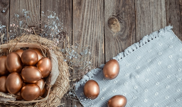 木製の表面に黄金のイースターの卵 無料写真