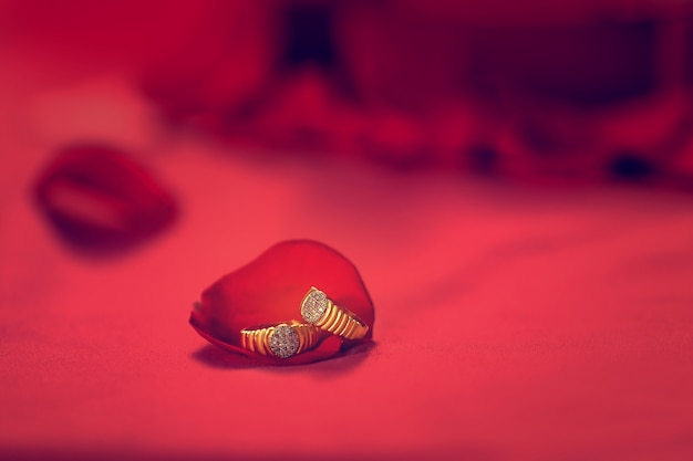 Golden engagement ring with red rose flower Premium Photo