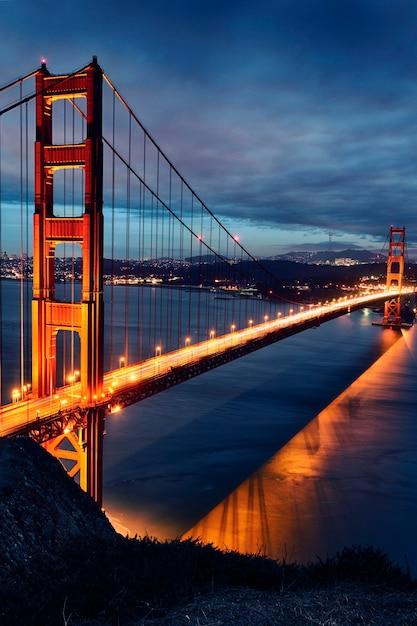 Мост золотые ворота и огни сан-франциско на закате Premium Фотографии