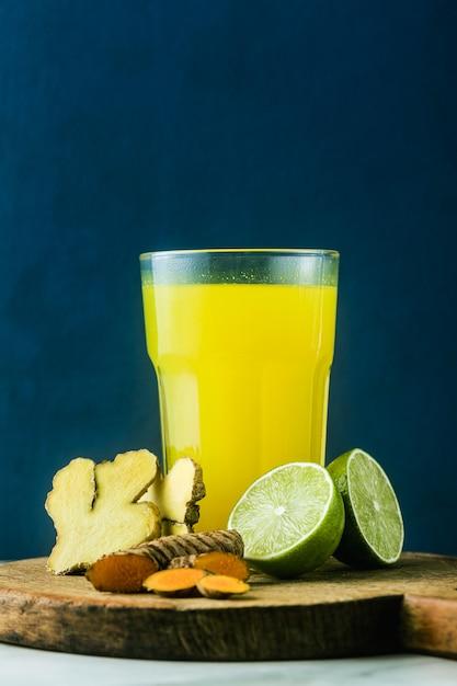 Золотой имбирь и куркума напиток с соком лайма. здоровый противовоспалительный напиток натуральной медицины и натуропатии Premium Фотографии