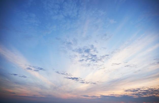 화려한 저녁에 구름을 통해 빛나는 황금 빛. 무료 사진