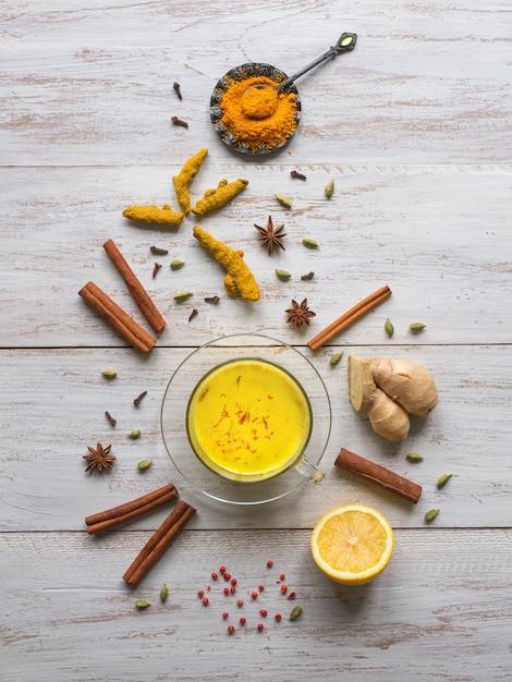 ウコン、シナモン、生姜、レモン、コショウで黄金のミルク。抗ウイルス感染の予防 Premium写真