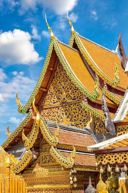 Золотая пагода ват пхра тхат дой сутхеп в чиангмае, таиланд Premium Фотографии
