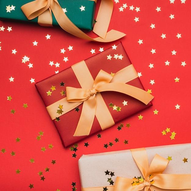 Золотые звезды на подарки на рождество Бесплатные Фотографии