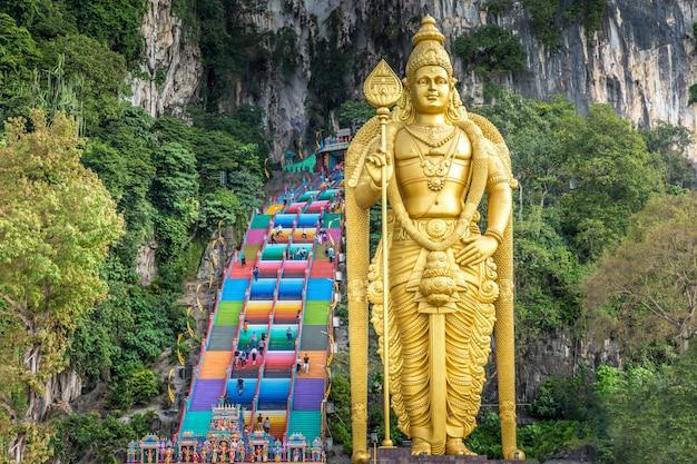 Statua dorata alle grotte di batu a kuala lumpur Foto Gratuite