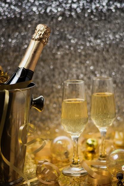 Vista dorata con bottiglia di champagne Foto Gratuite