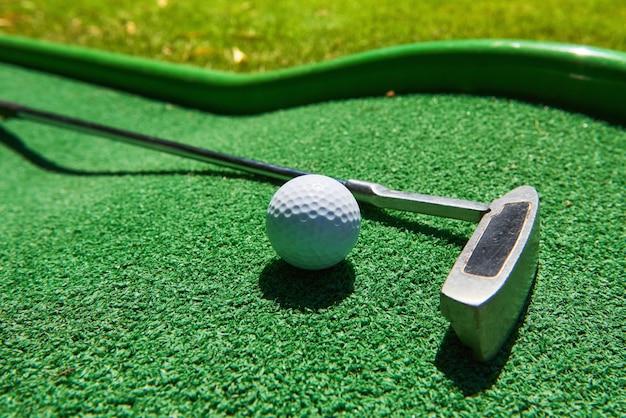 Мяч для гольфа и гольф-клуб на искусственной траве. Бесплатные Фотографии