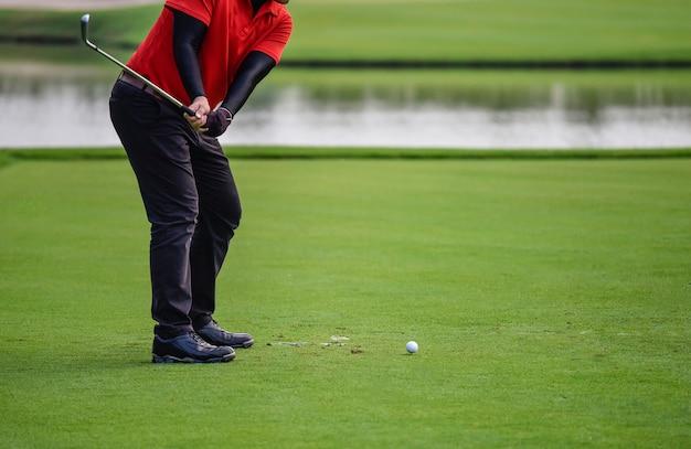 골퍼는 일출 페어웨이에서 광범위하는 골프 코스를 명중 프리미엄 사진